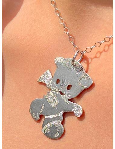 Bijou artisanal en argent fabriqué à la main symbolisant naievement un chat
