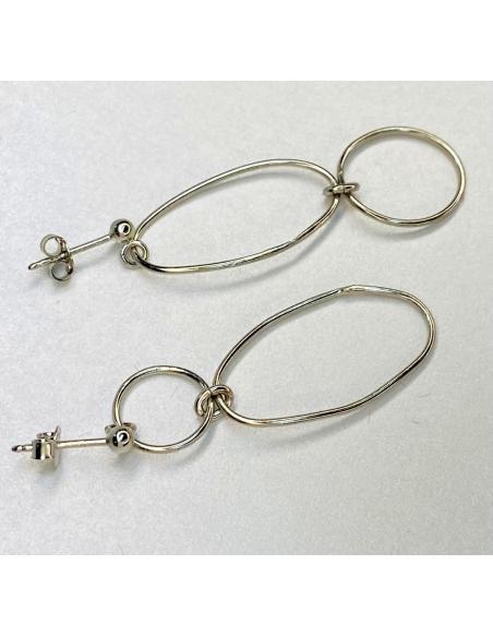 Création artisanale en argent pour femme vendu en ligne ou dans notre bijouterie de Ramillies.Boucle d'oreille asymétrique