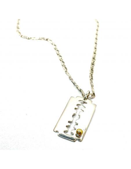 Collier pour homme avec lame de rasoir et cabochon or, bijou artisanal vendu en ligne ou dans notre bijouterie de Ramillies