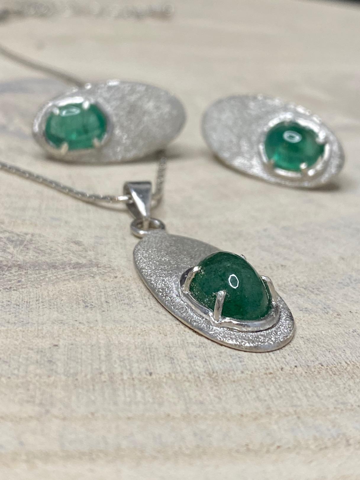 JUST'IN JEWELS artisan certifié réalise vos bijoux émotions, vos bijoux envies tels cette parure collier et boucles d'oreille argent avec émeraude.